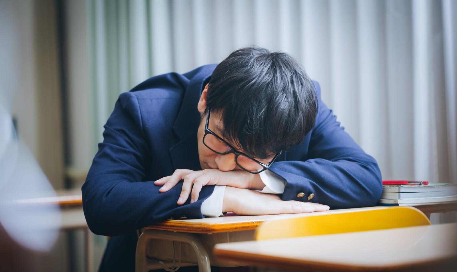 「補習中居眠りをする留年候補生」の写真[モデル:大川竜弥]