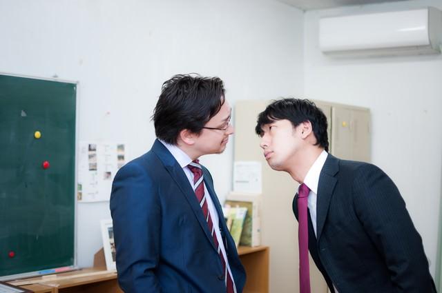 英語教師にメンチを切る国語教師の写真