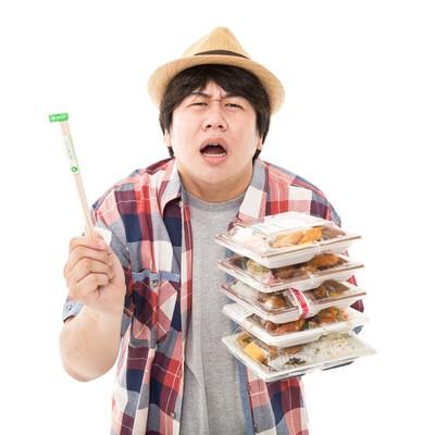 「おい、コンビニ店員よ。俺は弁当を5個買ってんだぞ?何故箸を…1膳しか入れない。だが店員よ…お前は正しい。圧倒的に正しい。」の写真素材
