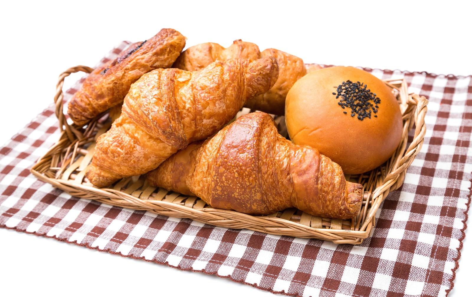 「バスケットに山盛りのパン(クロワッサンなど)バスケットに山盛りのパン(クロワッサンなど)」のフリー写真素材を拡大