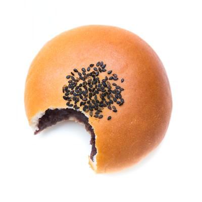 「ガブっと食べられて弱ったアンパン」の写真素材