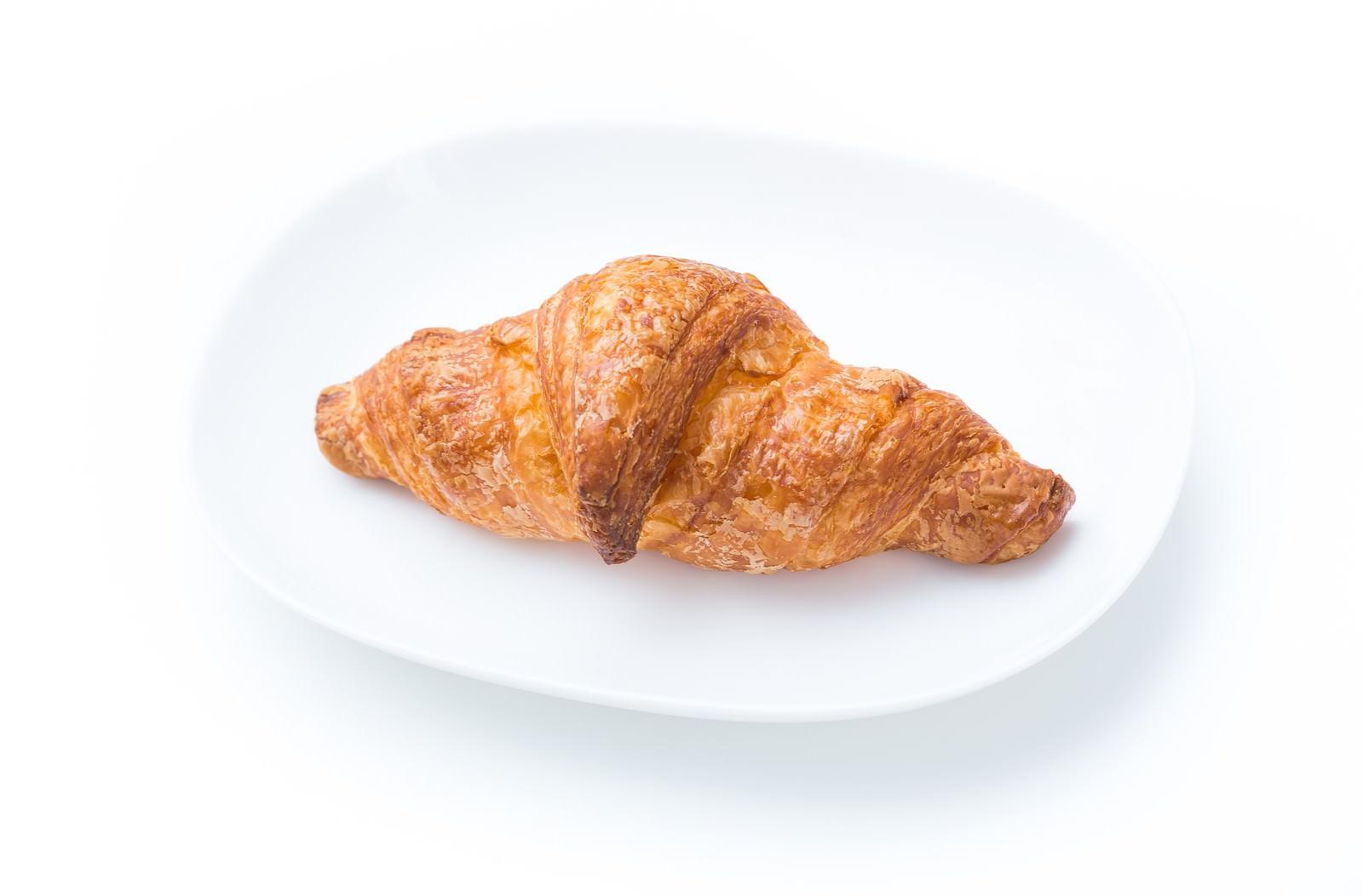 「白いお皿の上にのったクロワッサン」の写真