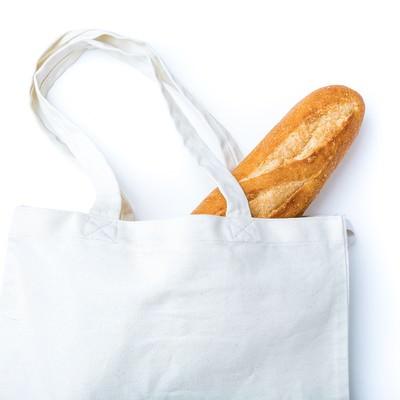 「無地のトートバッグに入ったフランスパン」の写真素材