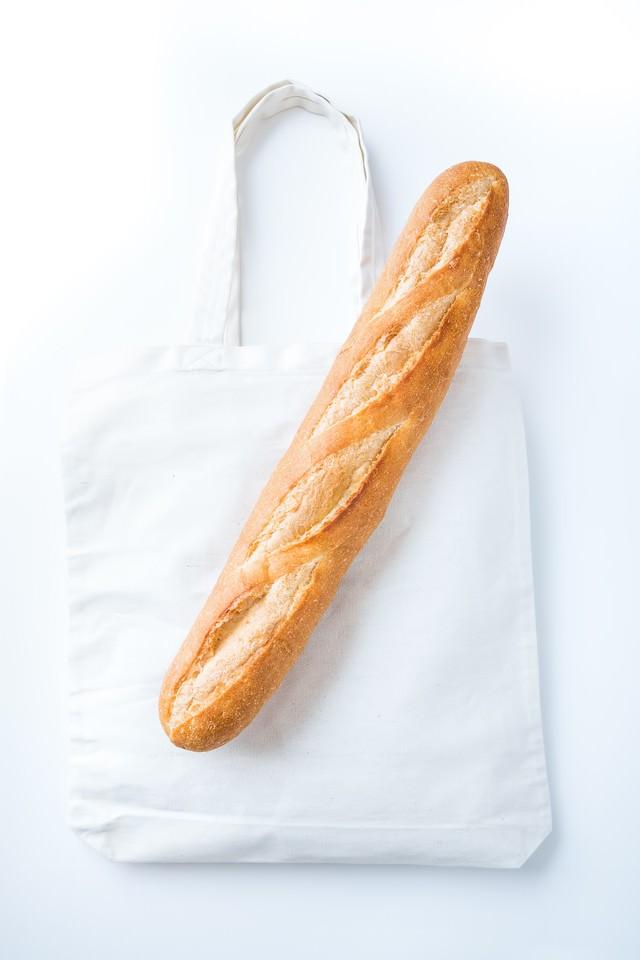 トートバッグとフランスパンの写真