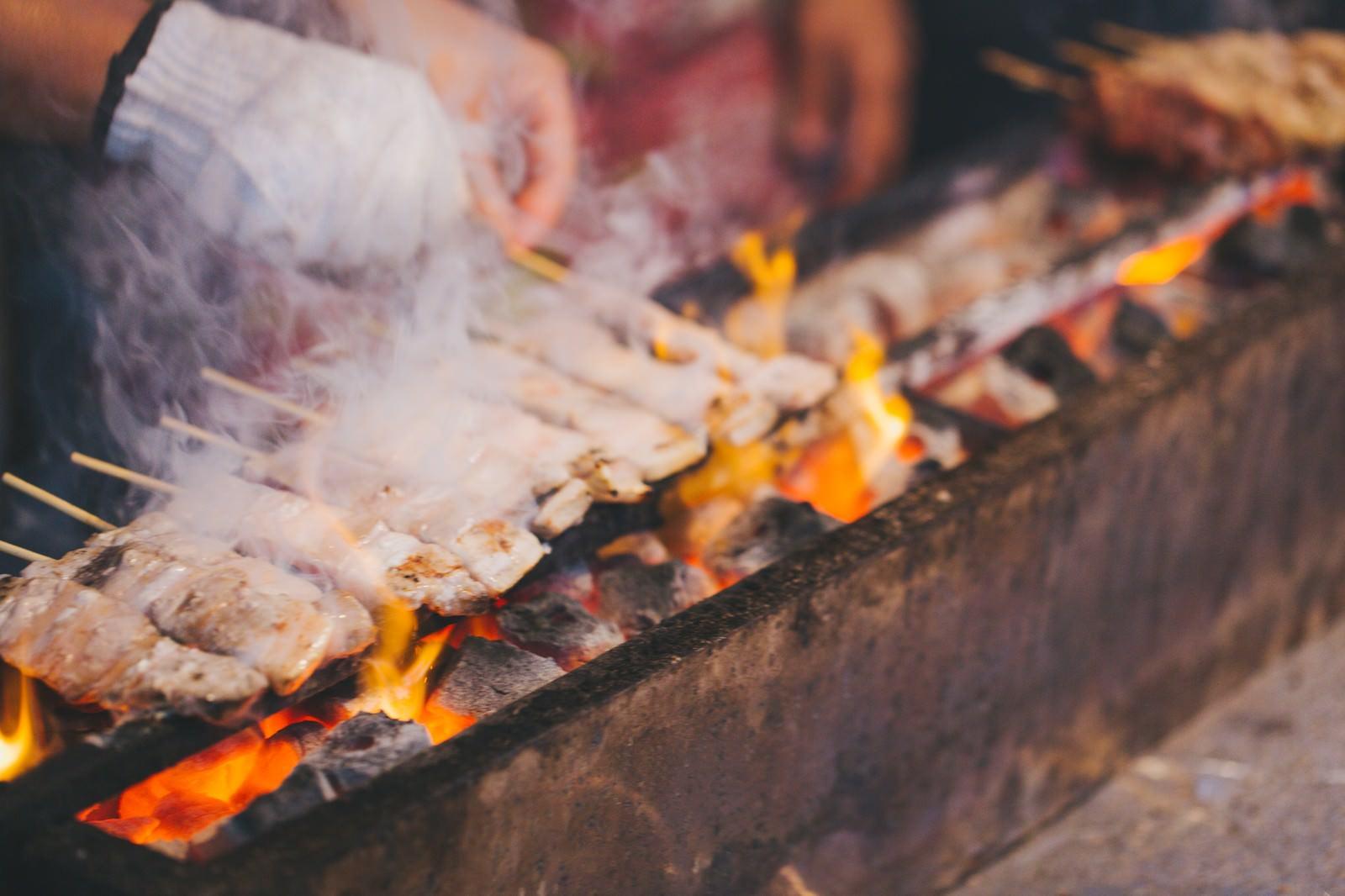 「屋台の焼き鳥屋屋台の焼き鳥屋」のフリー写真素材を拡大