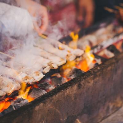 「屋台の焼き鳥屋」の写真素材