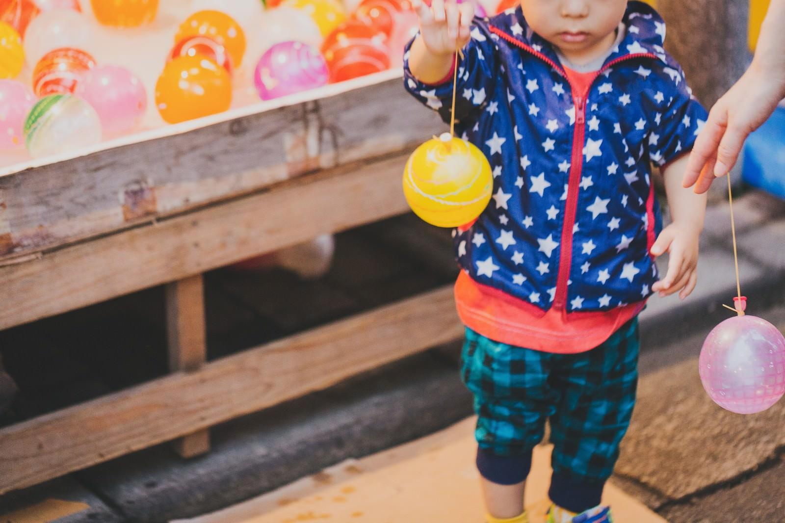 「水風船と子供水風船と子供」のフリー写真素材を拡大