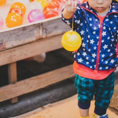 水風船と子供の写真