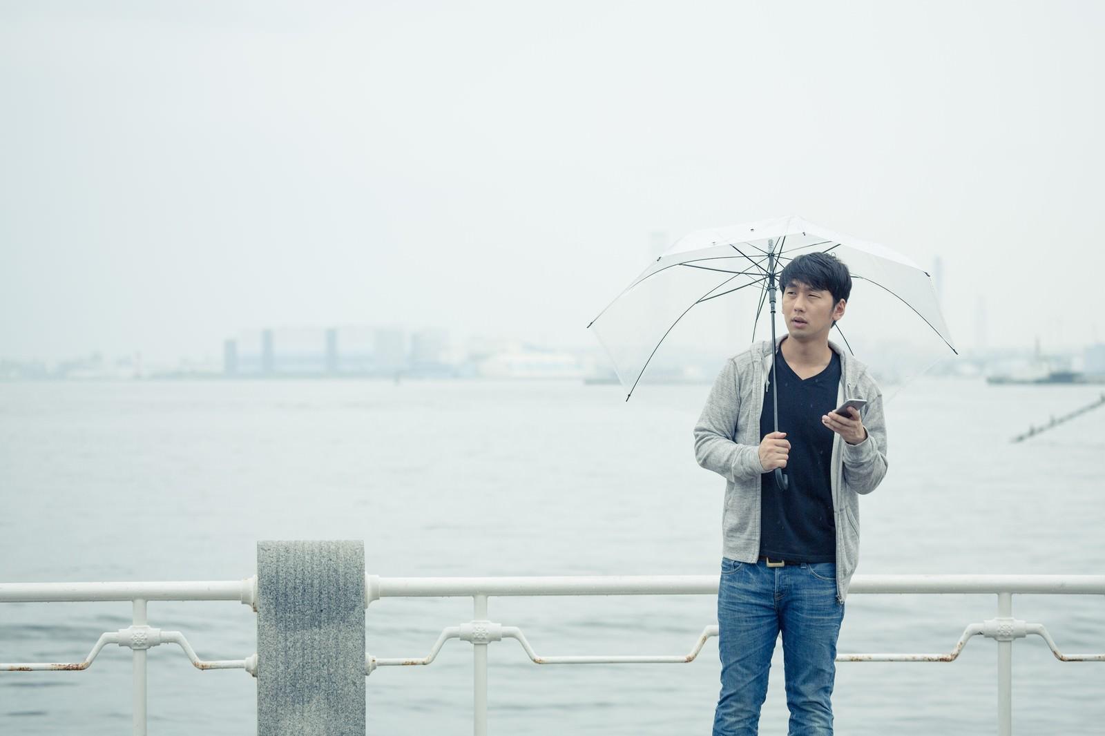「雨の日の待ち合わせ」の写真[モデル:大川竜弥]
