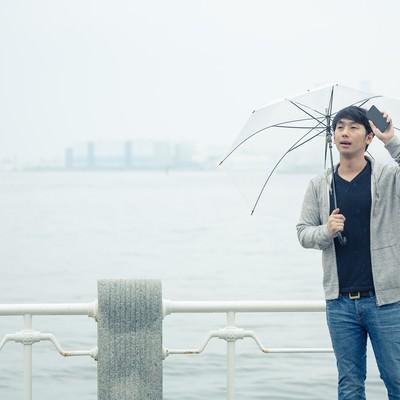 「雨の中、遅刻してきた彼」の写真素材