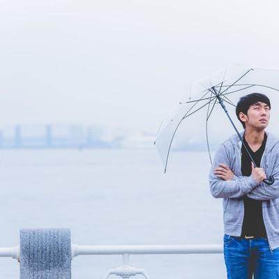 「雨の中、出番待ちの若手俳優」の写真素材