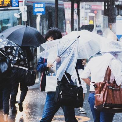 横なぐりの雨で傘が役に立たないの写真