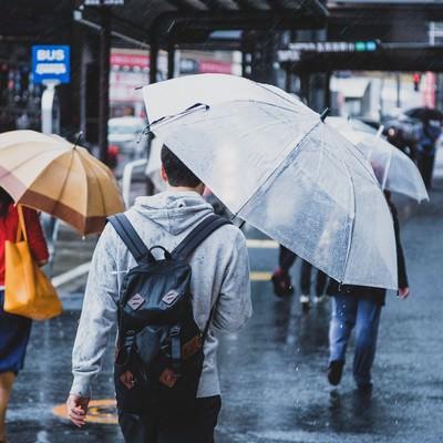 「降りしきる雨の中、家路に向かう」の写真素材