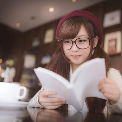 「カフェで調べ物をするメガネをかけた美少女」の写真素材