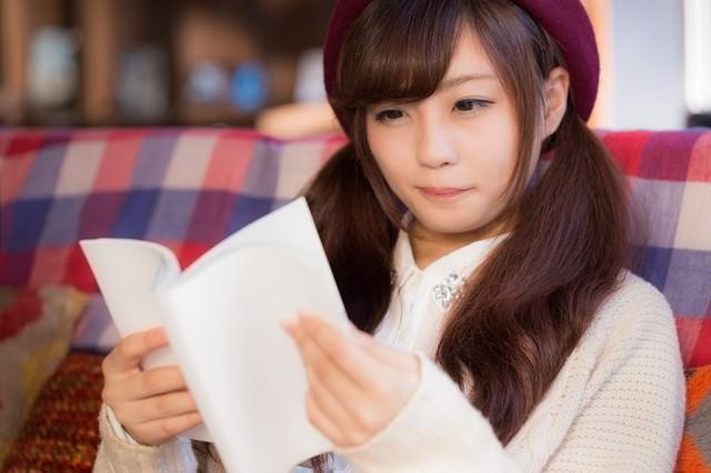 新刊を楽しむ読書女子の写真