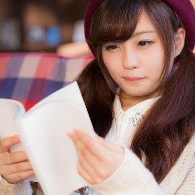 「新刊を楽しむ読書女子」の写真素材