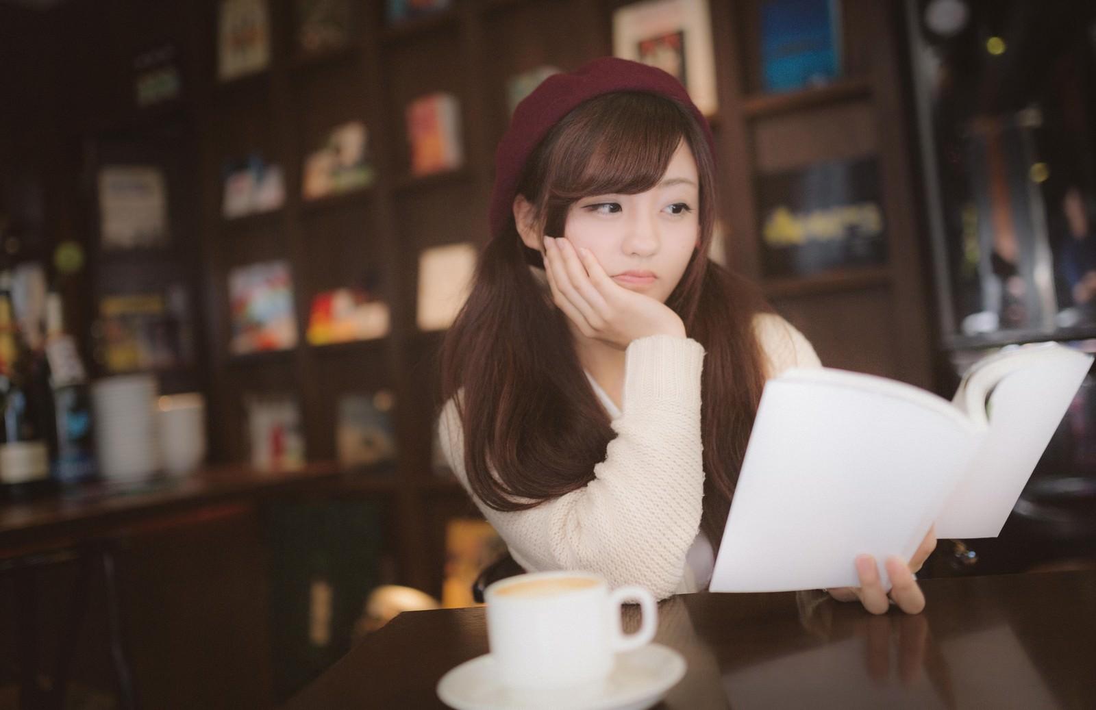 「期待して購入した本にがっかりする美女期待して購入した本にがっかりする美女」[モデル:河村友歌]のフリー写真素材を拡大