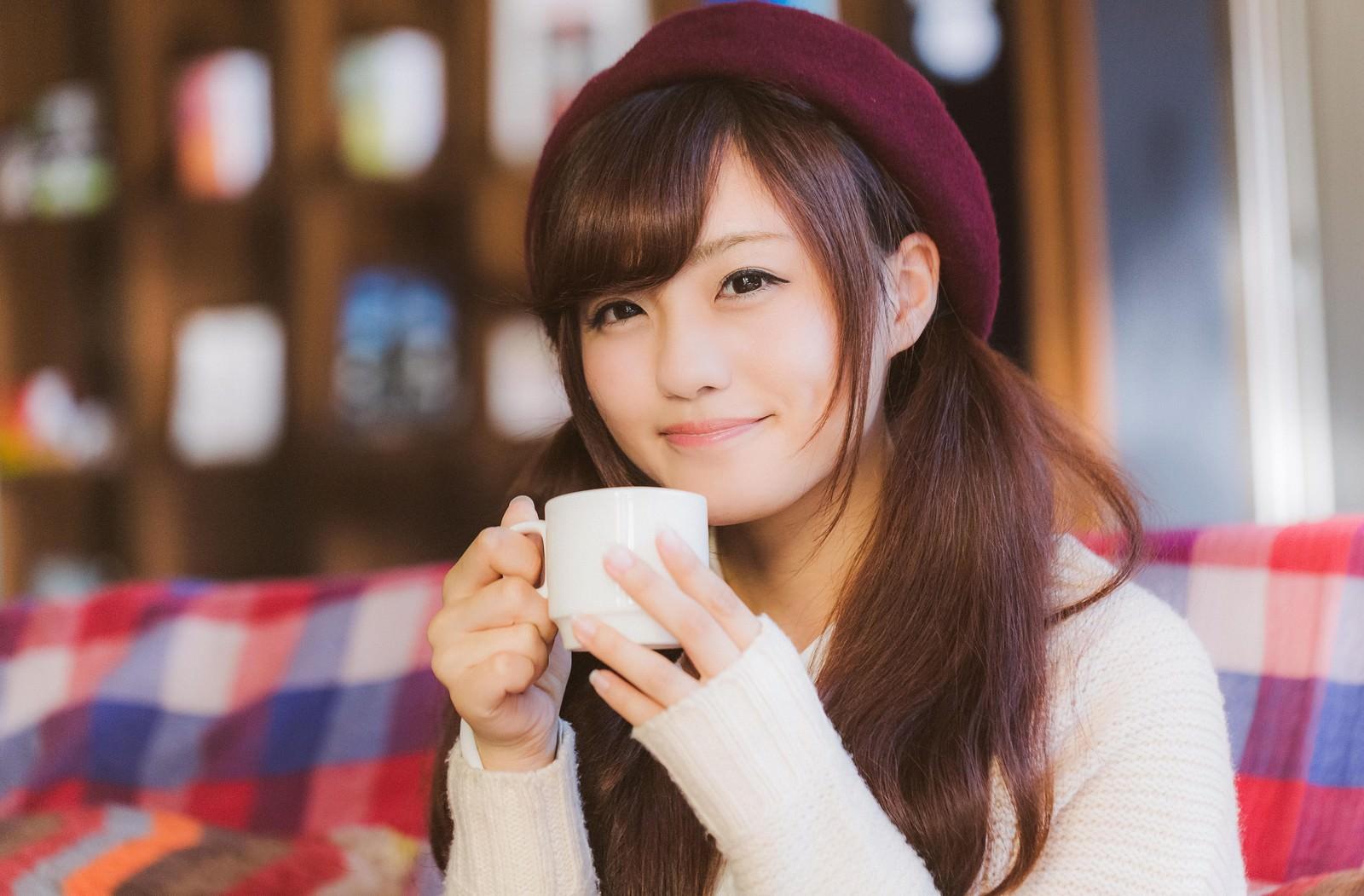 「満面の笑みでコーヒーを飲む彼女満面の笑みでコーヒーを飲む彼女」[モデル:河村友歌]のフリー写真素材を拡大