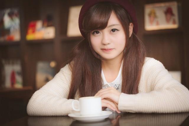 初デート、ちょっと緊張しながらカフェでお茶してますの写真