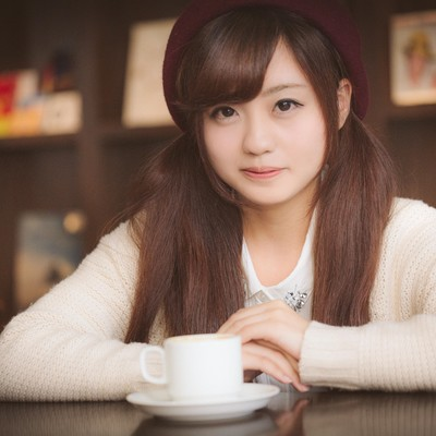 「初デート、ちょっと緊張しながらカフェでお茶してます」の写真素材