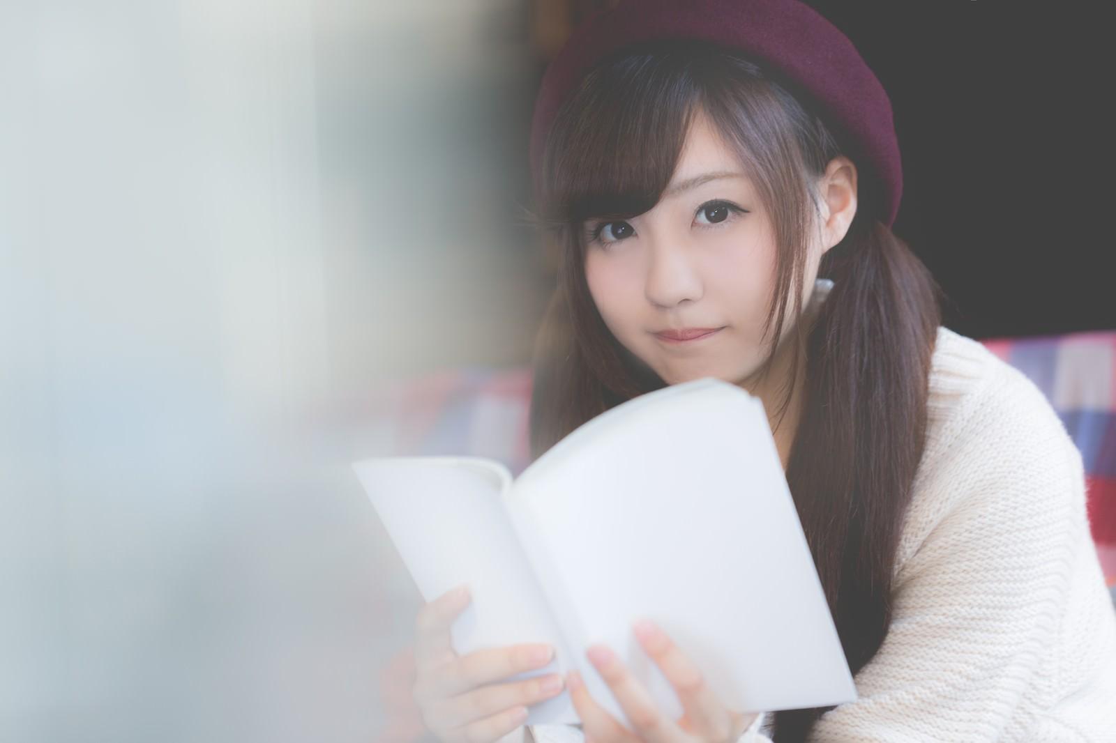 「美女と読書の秋」の写真[モデル:河村友歌]