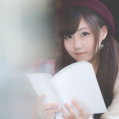 「美女と読書の秋」の写真素材
