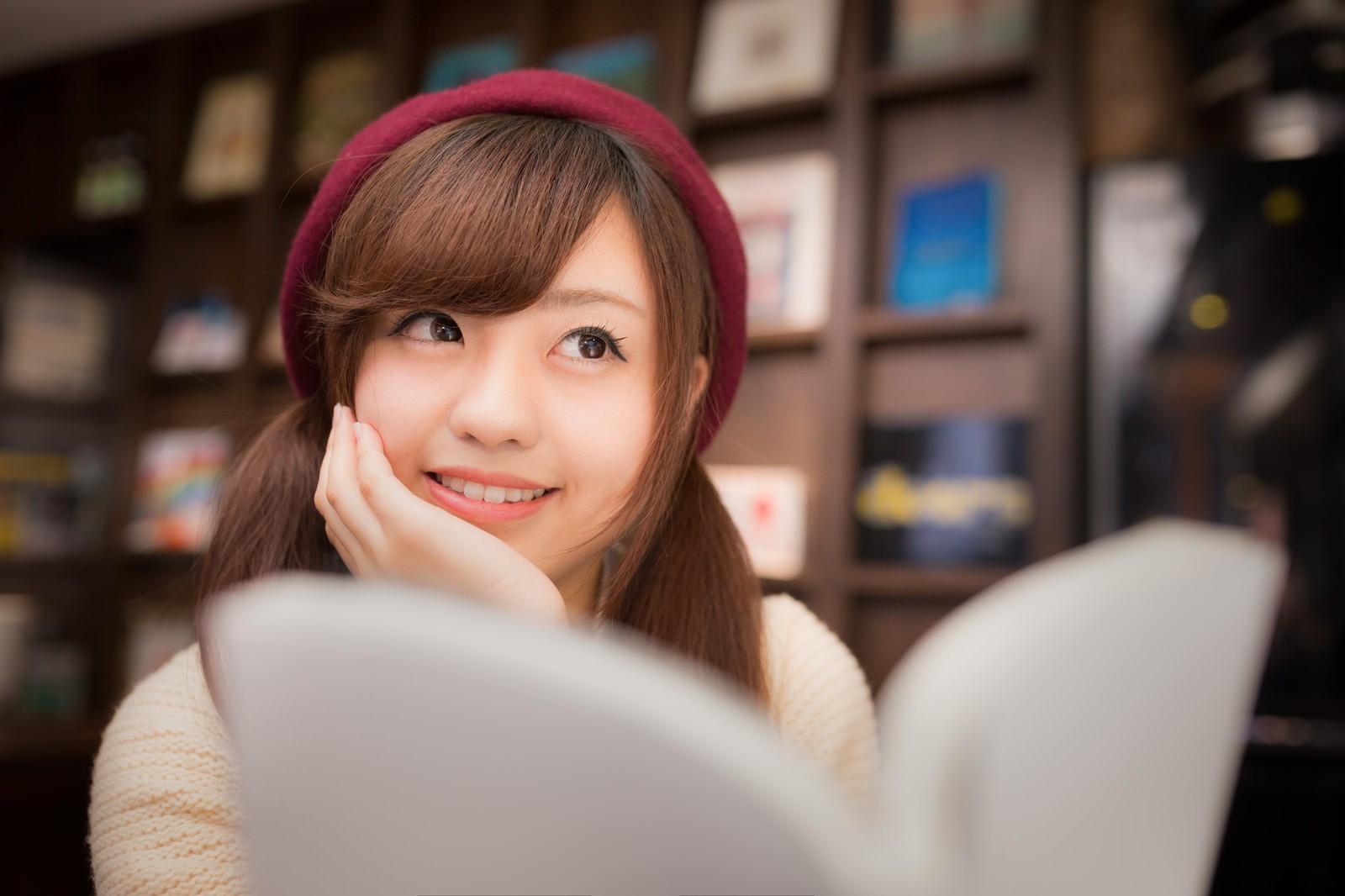 「マンガを読みながら続きを妄想する美少女」の写真[モデル:河村友歌]