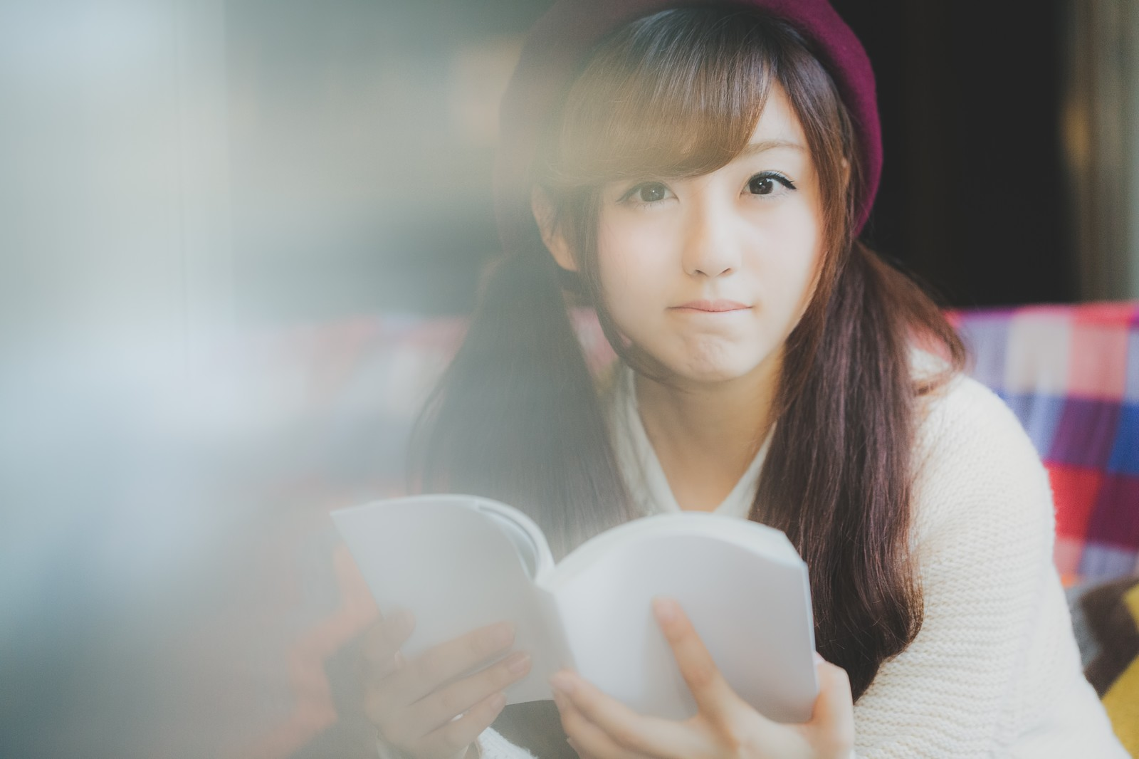 「読書に夢中なあの子と目があった読書に夢中なあの子と目があった」[モデル:河村友歌]のフリー写真素材を拡大