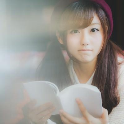 「読書に夢中なあの子と目があった」の写真素材