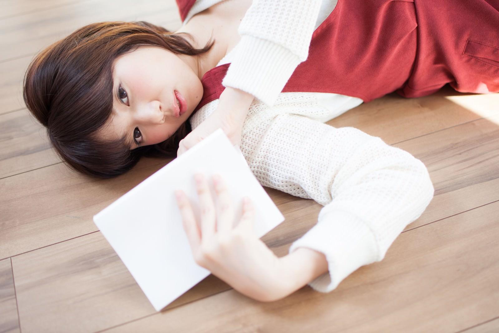 「フローリングに寝転び読書をする女性フローリングに寝転び読書をする女性」[モデル:みき。]のフリー写真素材を拡大