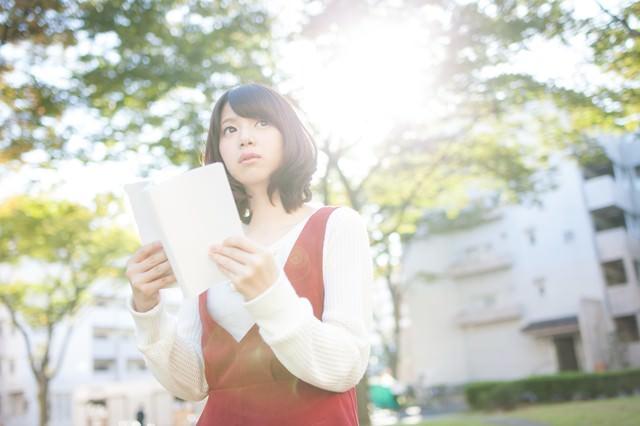 お散歩中の読書女子の写真