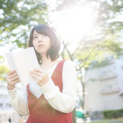 「お散歩中の読書女子」の写真素材