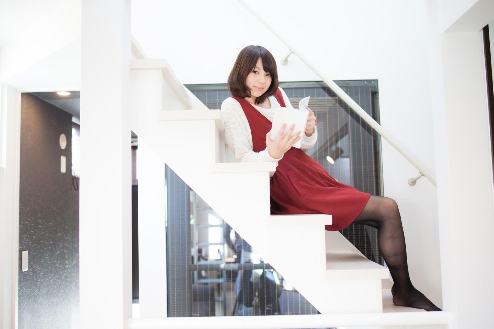 「新築の家でくつろぐ彼女」の写真[モデル:みき。]