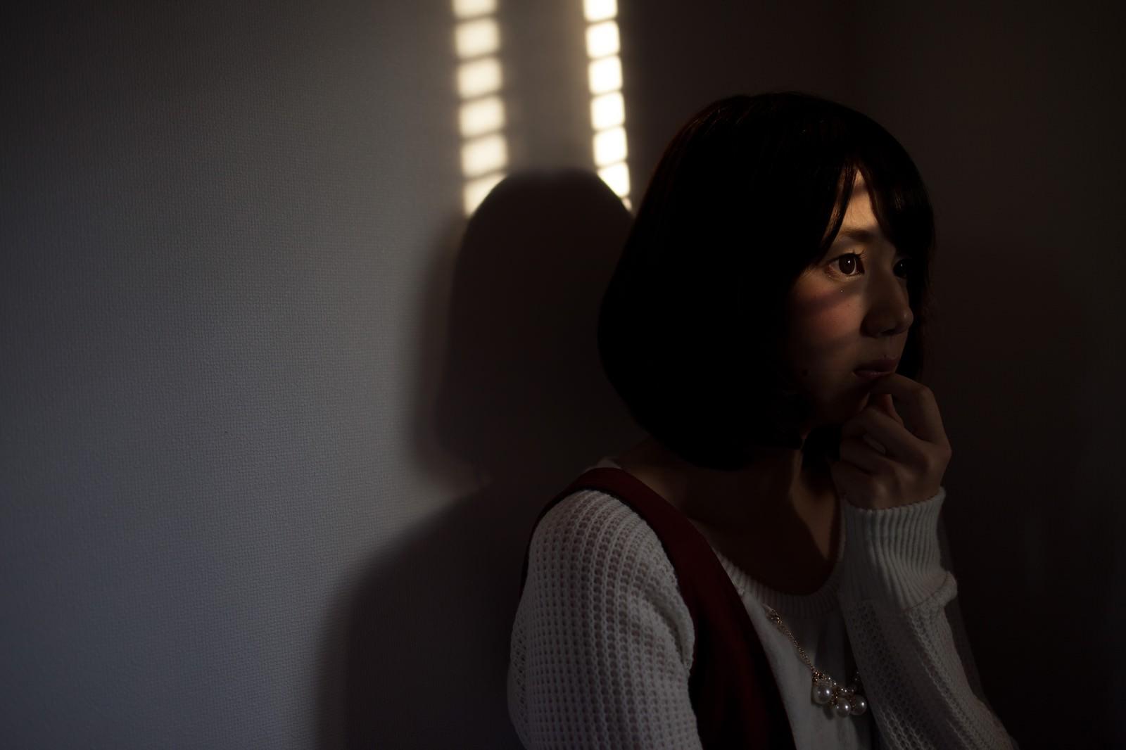 「夕暮れ時に犯行現場を目撃してしまう女性」の写真[モデル:みき。]