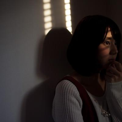 「夕暮れ時に犯行現場を目撃してしまう女性」の写真素材