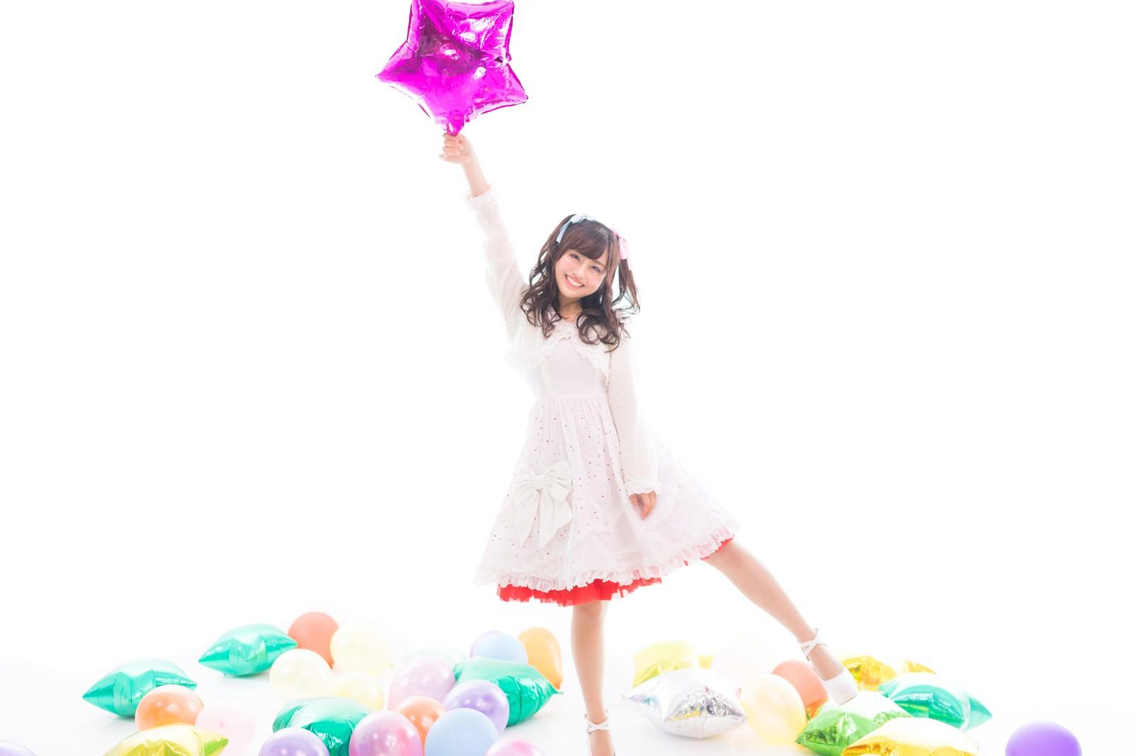 「カラフルな風船に囲まれて踊ってみた」の写真[モデル:河村友歌]