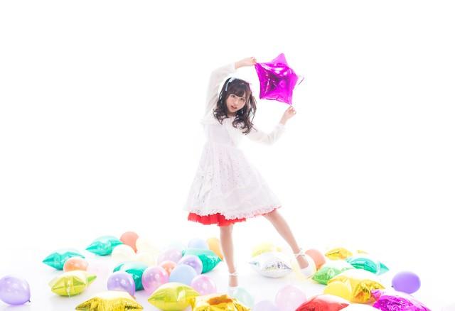 星の風船を持った女性アイドル(ソロ)の写真