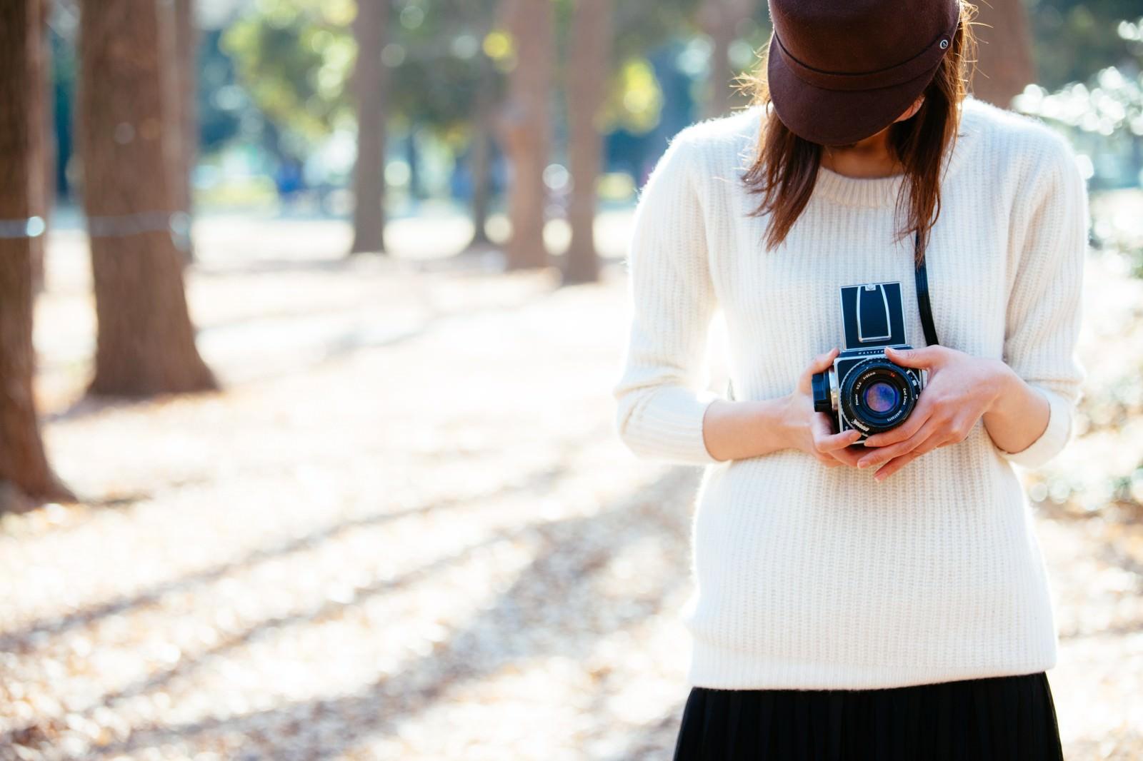 「クラシックカメラ女子」の写真