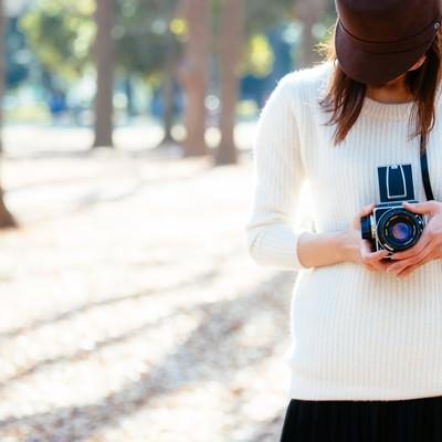 「クラシックカメラ女子」の写真素材
