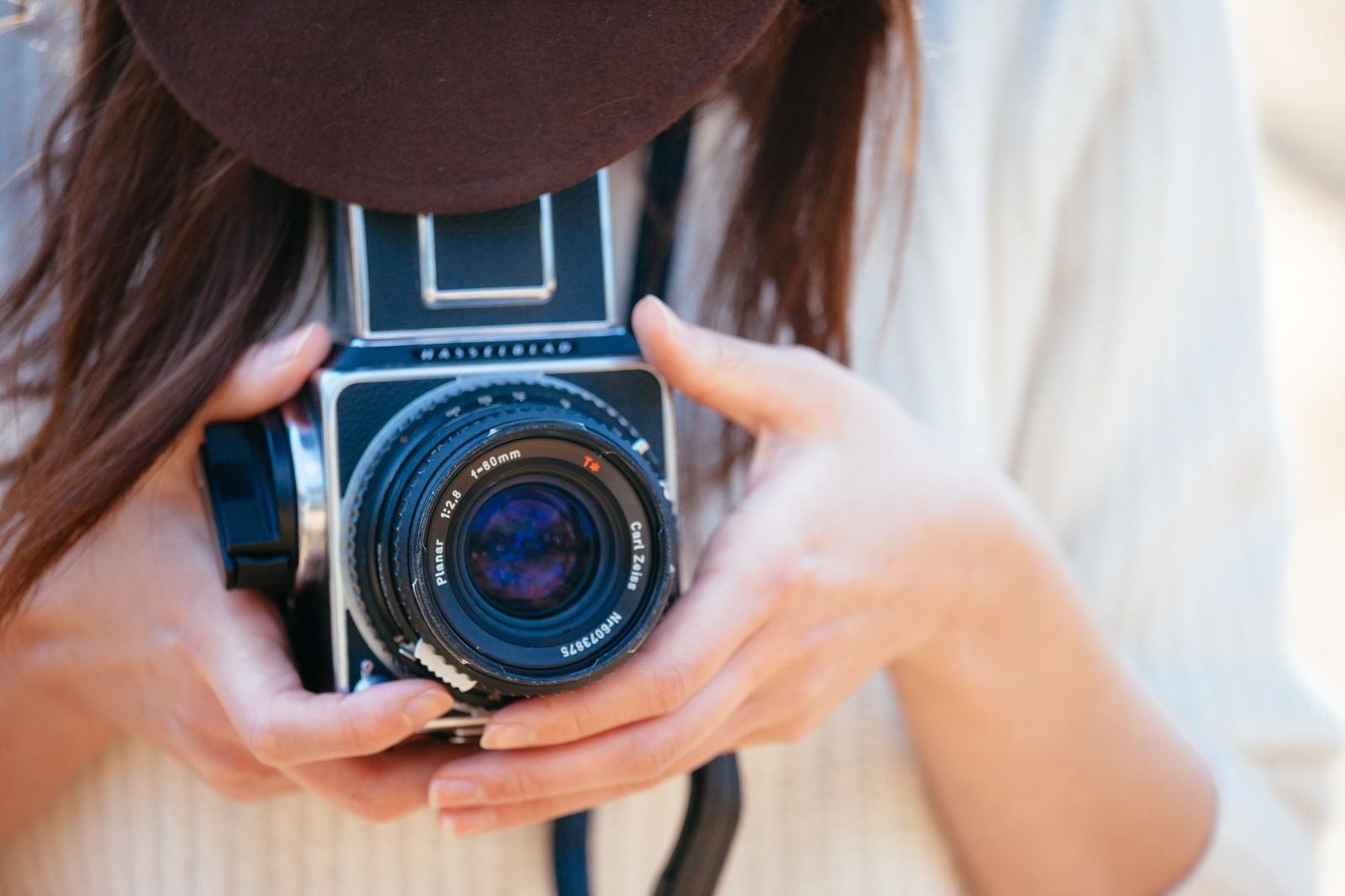 「フィルムカメラで撮影する女性」の写真
