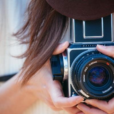 「フィルムカメラを持って撮影」の写真素材