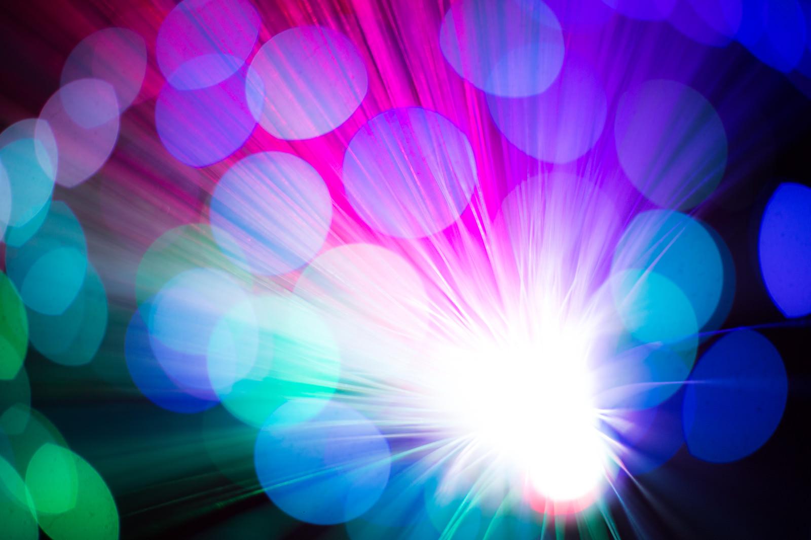 「鮮やかな玉ボケと光の集合」の写真