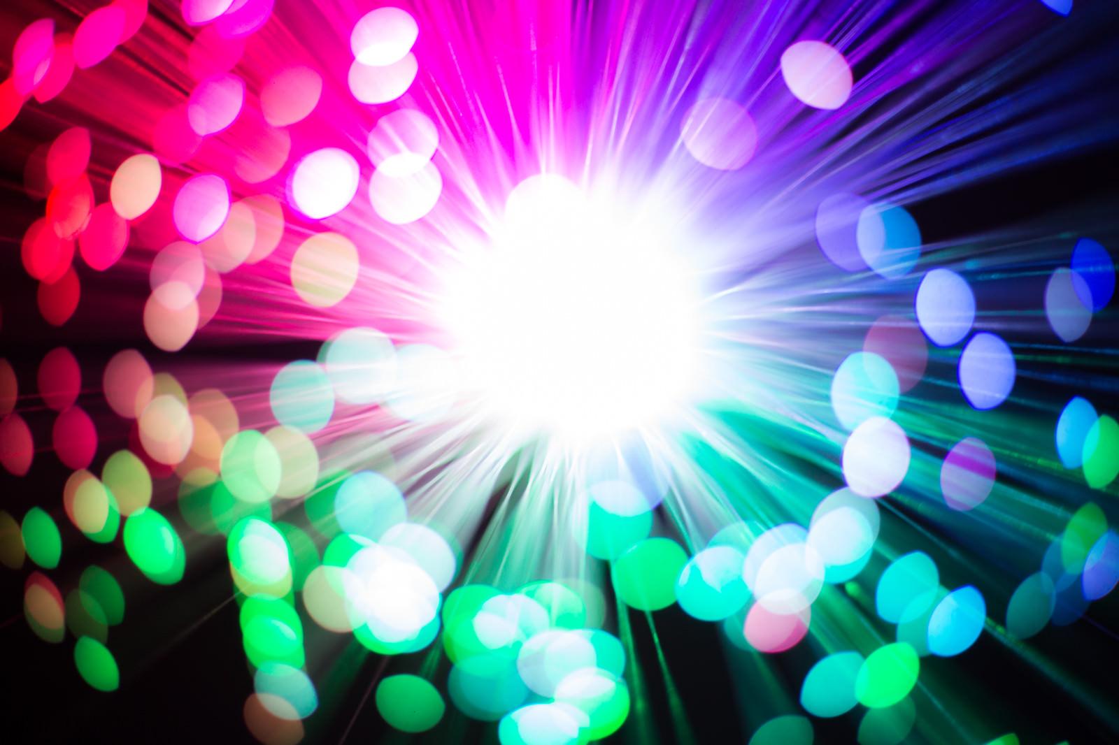 「鮮やかなファイバーライトと玉ボケ」の写真
