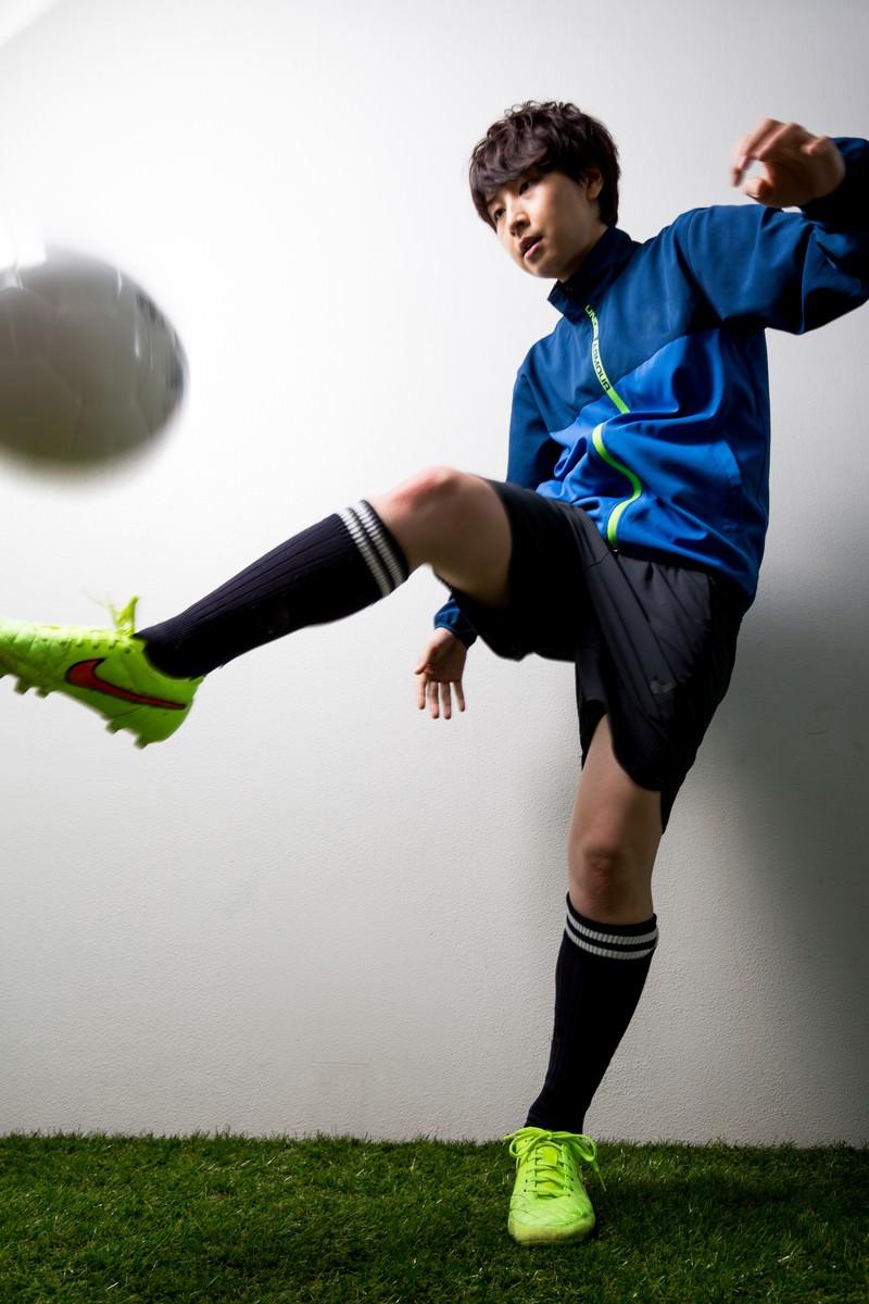 「室内でサッカーボールをトラップする女性選手 | 写真の無料素材・フリー素材 - ぱくたそ」の写真[モデル:八木彩香]
