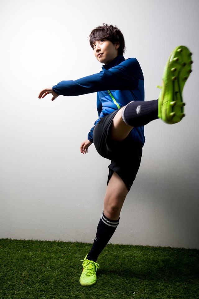 フリーキックをする女性サッカー選手の写真