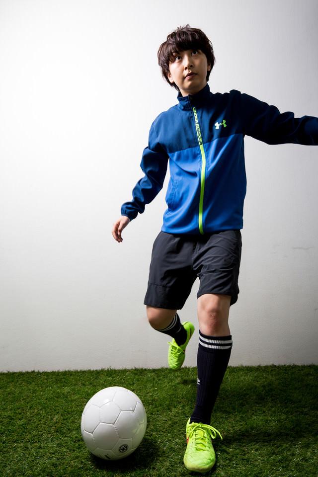女子サッカーボールキックの写真