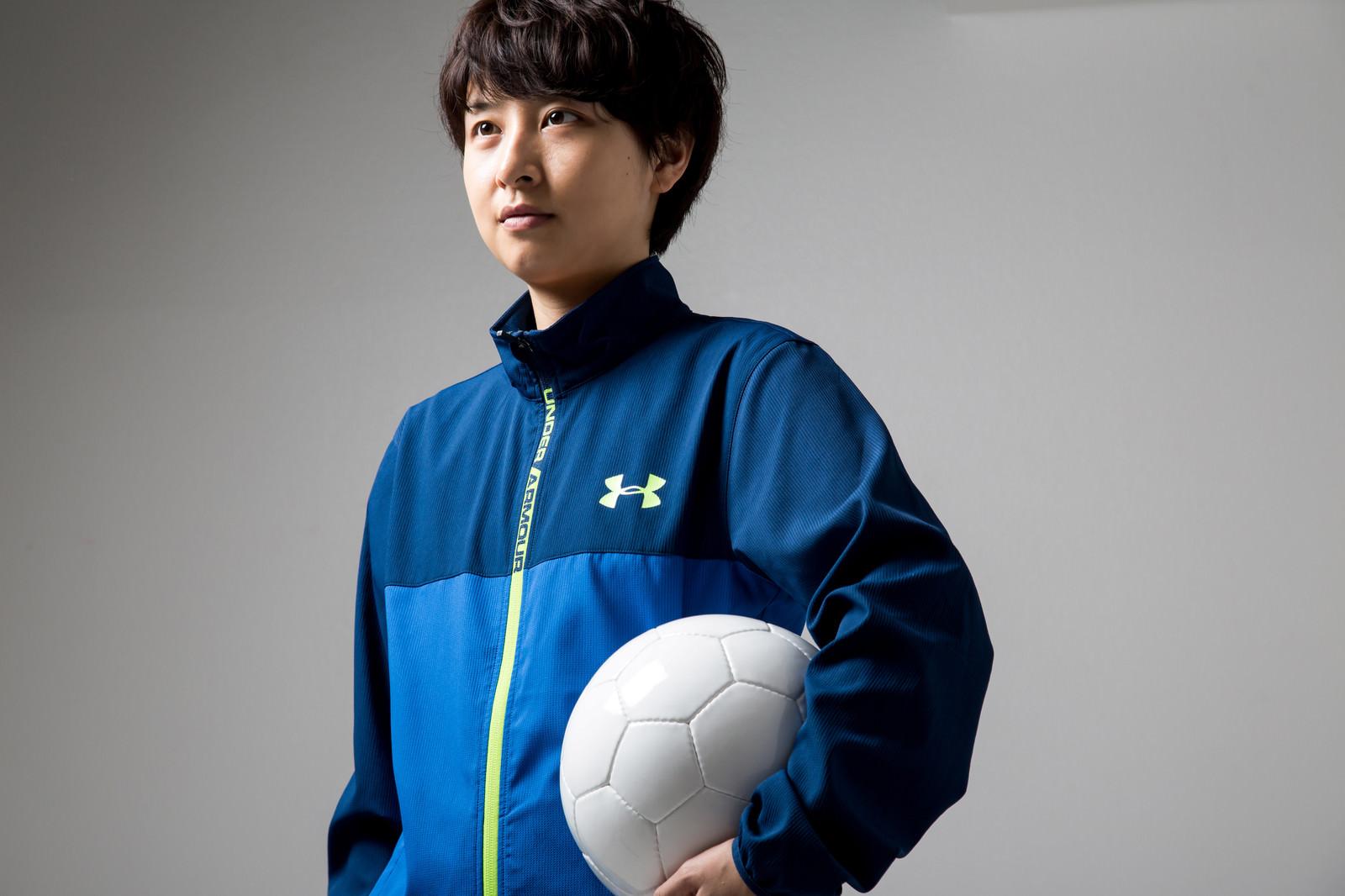「サッカーボールを持った主将(女性)サッカーボールを持った主将(女性)」[モデル:八木彩香]のフリー写真素材を拡大