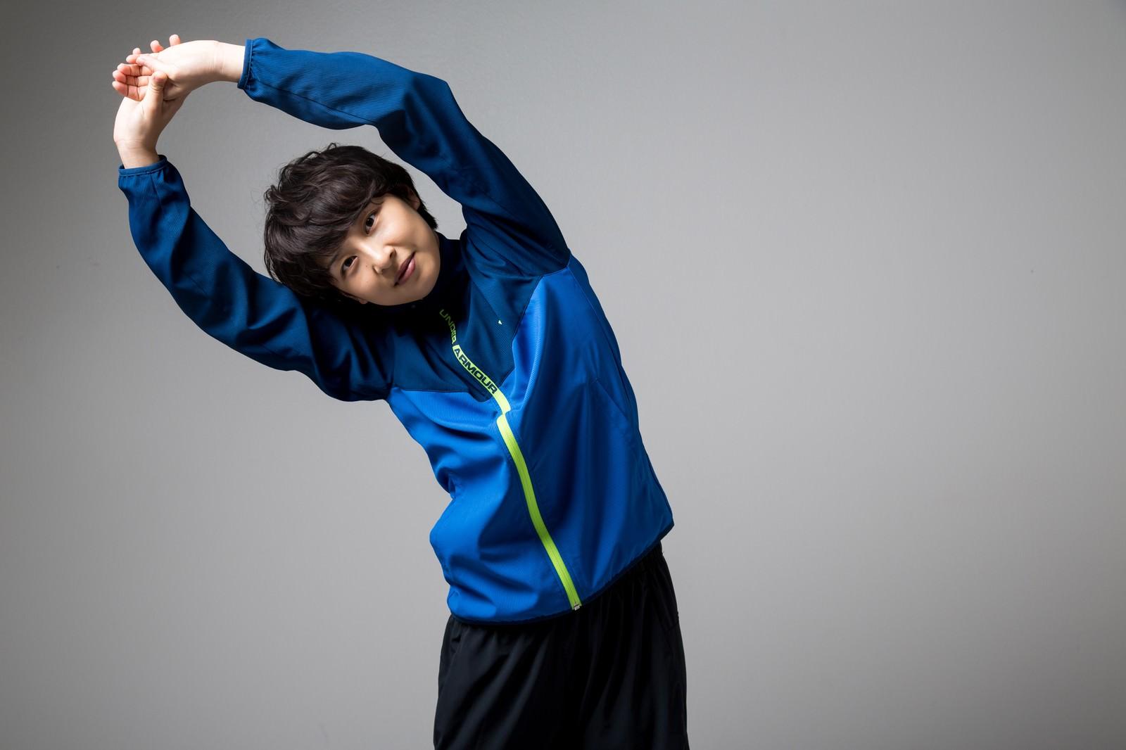 運動前に体操をする女性