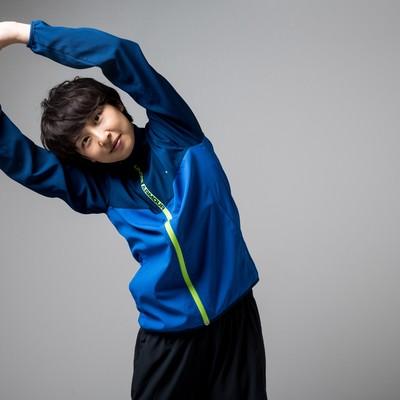 伸びをするトレーニング中の女性の写真