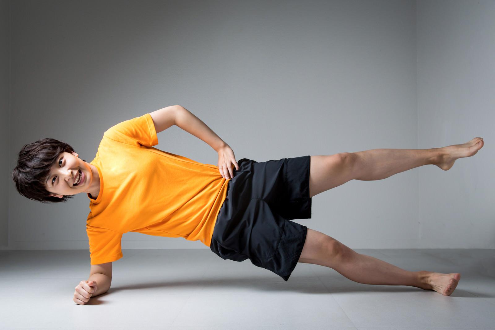 「笑顔でトレーニングする女性インストラクター笑顔でトレーニングする女性インストラクター」[モデル:八木彩香]のフリー写真素材を拡大